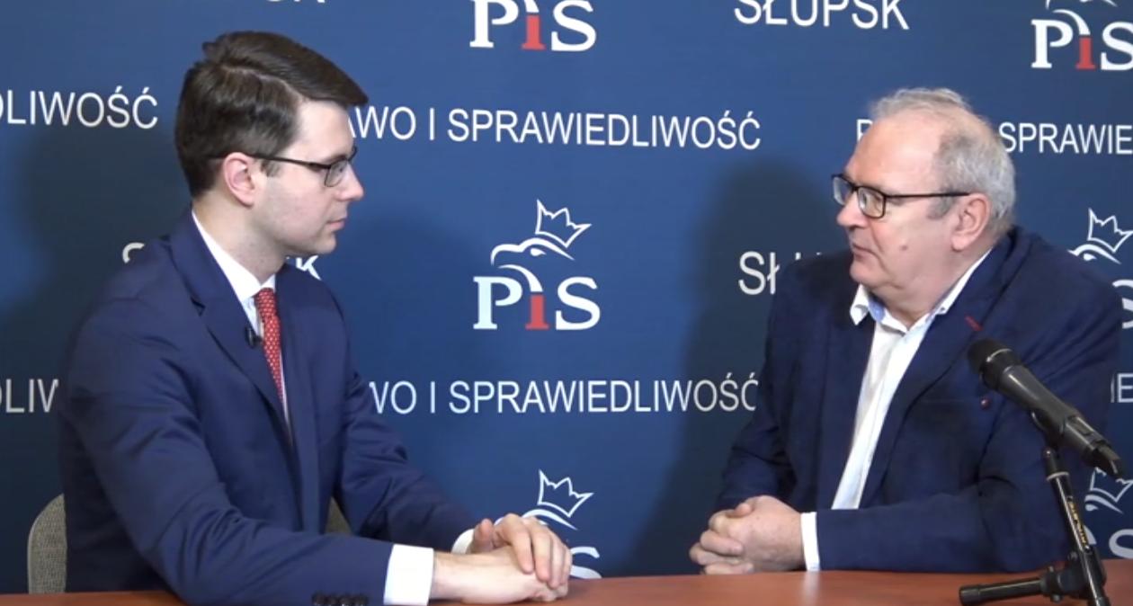 Styczniowa rozmowa posła Piotra Müllera z redaktorem Markiem Sosnowskim z TV Słupsk. O Funduszu Drogowym, porcie w Ustce, ale i o celach poselskich do zrealizowania przez najbliższe 10 miesięcy.