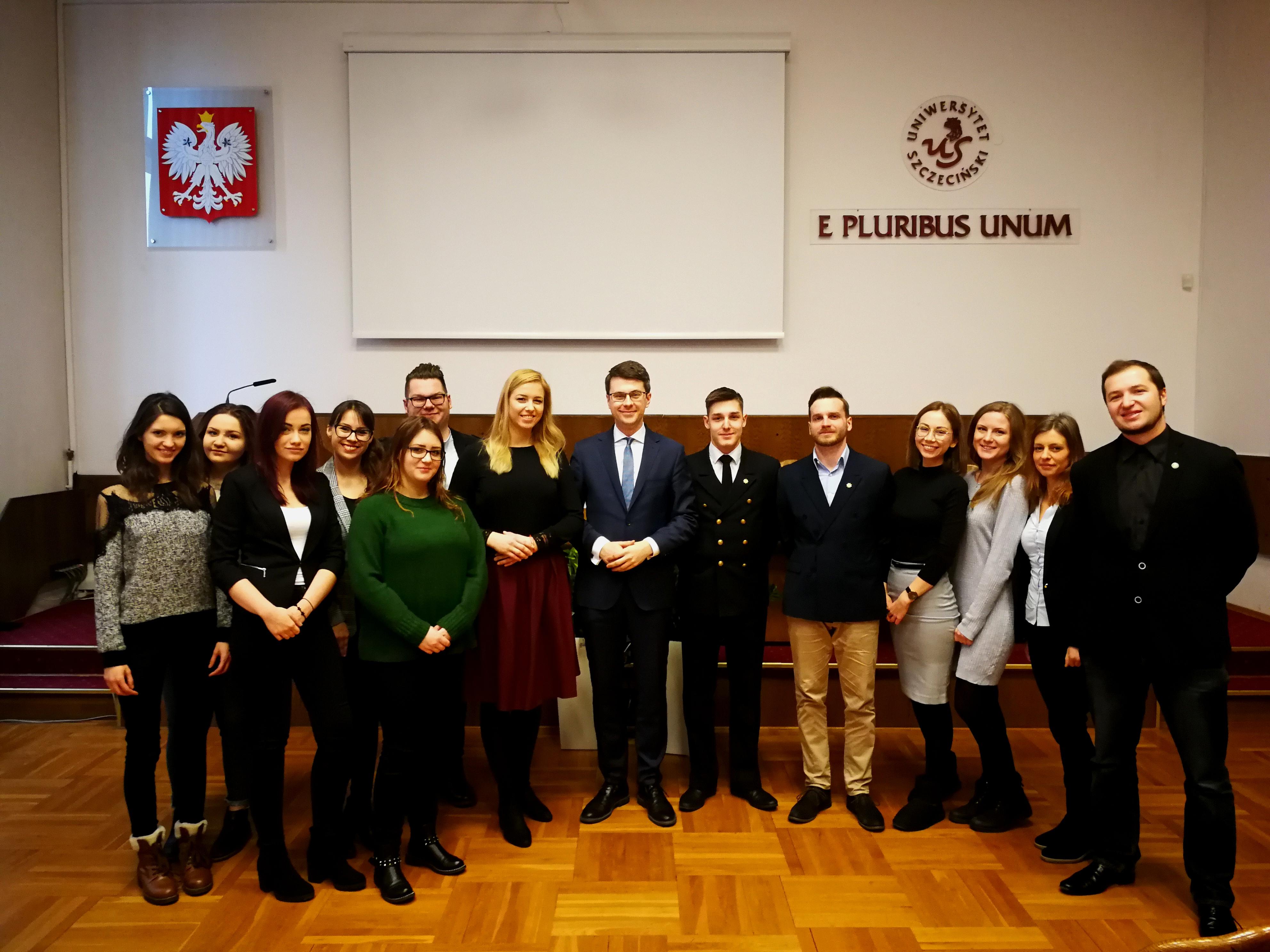 Wiceminister nauki i szkolnictwa wyższego Piotr Müller gościł na Uniwersytecie Szczecińskim. Spotkał się tam ze studentami, a także kolegium rektorskim. Głównym tematem rozmów był plan rozwoju uczelni oraz Konstytucja dla Nauki.