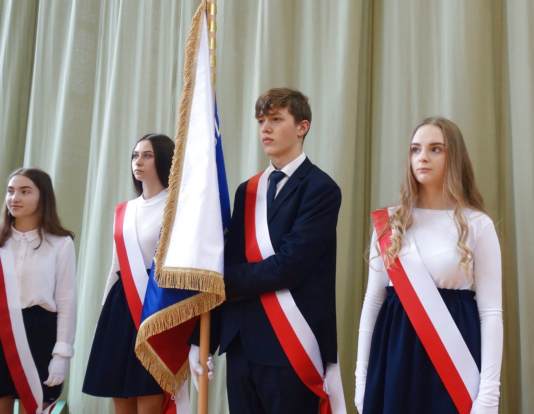 Poseł Piotr Müller wziął udział w uroczystościach przekazania Szkole Podstawowej w Objeździe nowego sztandaru