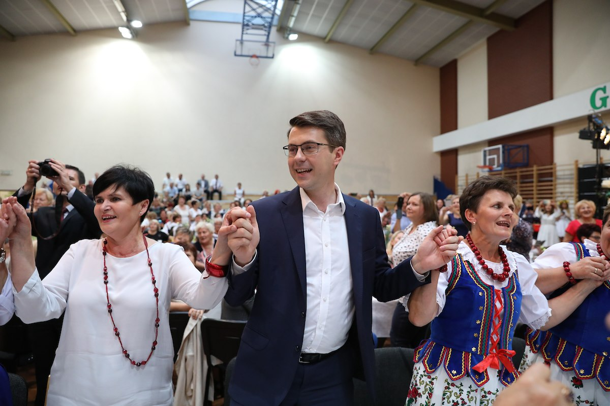 Premier Mateusz Morawiecki i rzecznik rządu Piotr Müller spotkali się z Kołem Gospodyń Wiejskich w Poczesnej