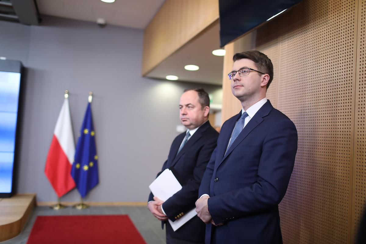 Rzecznik prasowy rządu Piotr Müller z premierem Mateuszem Morawieckim udał się do Brukseli, gdzie odbyły się konsultacje z szefami instytucji europejskich.