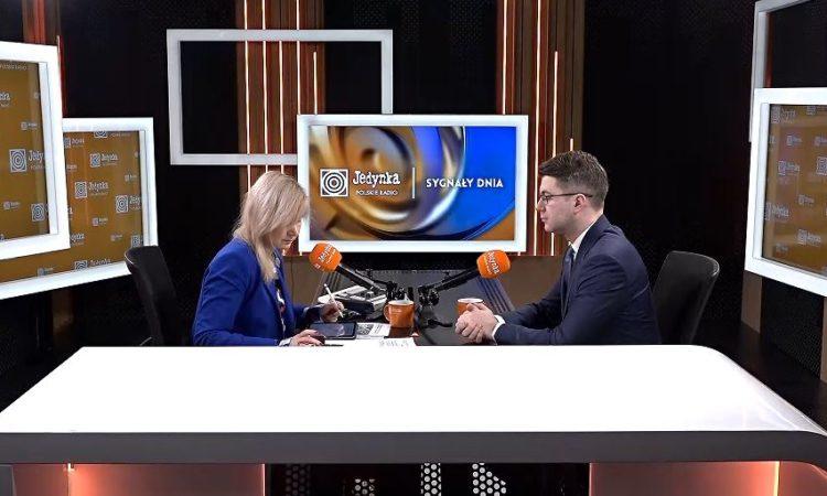 Koronawirus, spotkanie w Kancelarii Prezesa Rady Ministrów z przedstawicielami opozycji oraz współpraca na forum europejskim to główne tematy rozmowy Piotra Müllera z red. Gójską podczas programu Sygnały Dnia na antenie Jedynka - Program 1 Polskiego Radia.