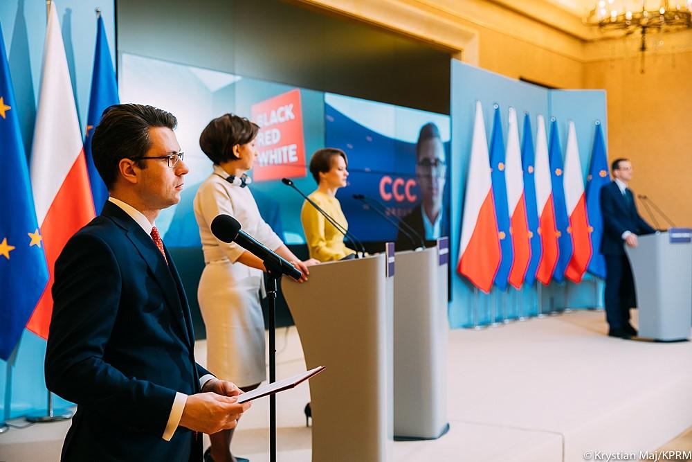 Rząd nie ustaje w wysiłkach aby zadbać o bezpieczeństwo zdrowotne Polaków, bezpieczeństwo miejsc pracy oraz bezpieczeństwo gospodarcze.  W tym trudnym czasie dąży do tworzenia takich instrumentów, które są w stanie wspomagać obywateli, pracowników i przedsiębiorców. Jednym z takich właśnie narzędzi jest wprowadzona trzy tygodnie temu Tarcza Antykryzysowa.
