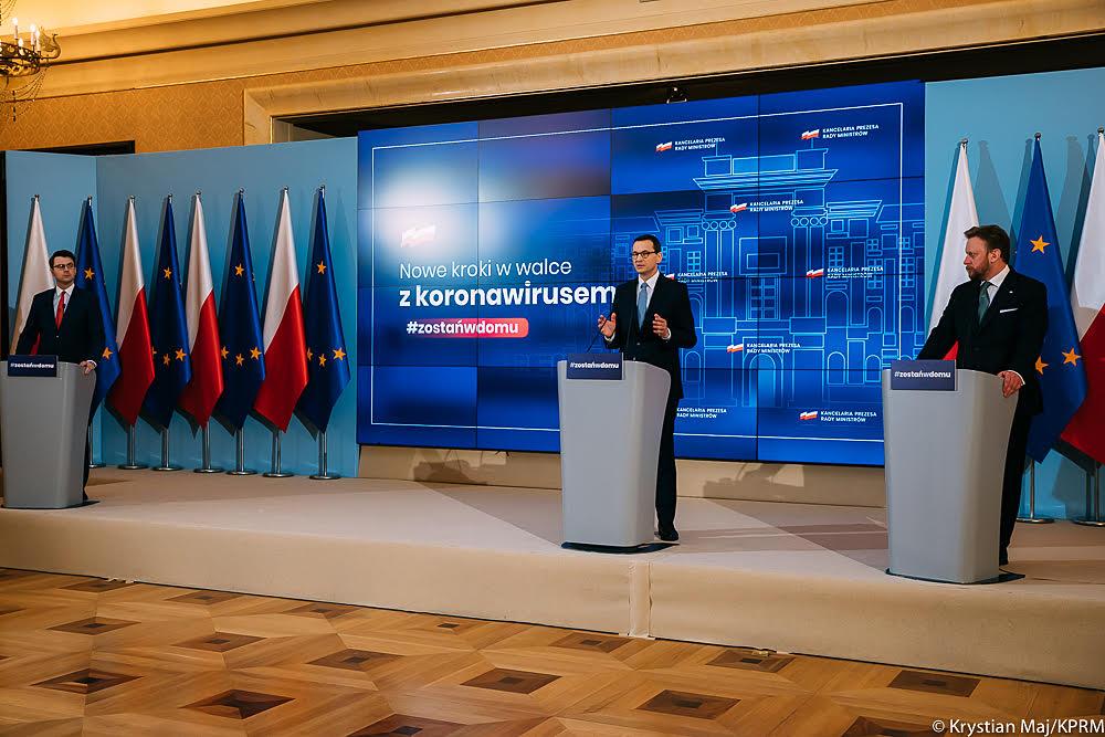 Aby opanować rozprzestrzenianie się koronawirusa w Polsce, rząd jest  zmuszony podjąć kolejne kroki. Większość Polaków stosuje się do wydawanych zaleceń, jednak wciąż zdarzają się sytuacje, które narażają  nas wszystkich na ryzyko zarażenia. Przykłady z innych krajów pokazują, że kluczem do ograniczenia zakażeń jest maksymalne ograniczenie  kontaktów.