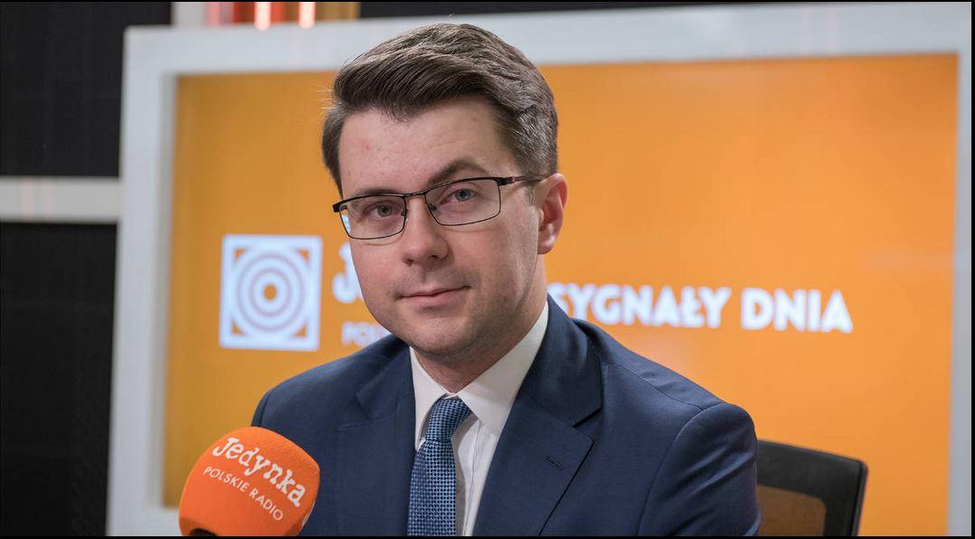 Analizy przygotowywane przez duże międzynarodowe banki i inne instytucje pokazują, że Polska ma szansę, jeżeli tak będzie wyglądała sytuacja, jak w tej chwili, przejść przez kryzys w najmniej bolesny sposób ze wszystkich krajów UE.- powiedział rzecznik rządu Piotr Müller.