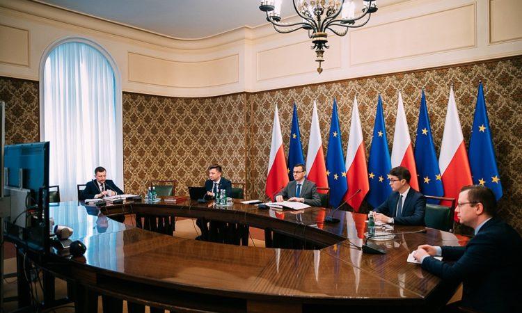 Premier Mateusz Morawiecki pojął decyzję o uruchomieniu ponad 560 mln zł na dopłaty do odsetek kredytów dla firm, które wpadły w kłopoty przez COVID-19. Rada Ministrów na dzisiejszym posiedzeniu omówiła kolejne działania wspierające polską  gospodarkę. Konkretne wsparcie otrzymają także samorządy, a polskie  firmy zostaną objęte czasową ochroną przed przejęciem przez fundusze spoza UE.