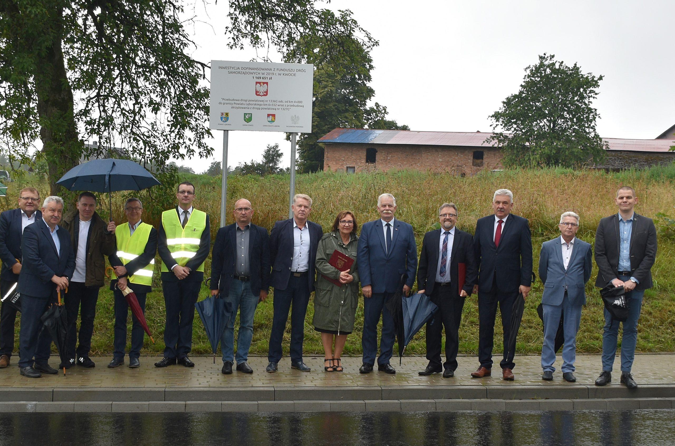 Oficjalny odbiór końcowy inwestycji współfinansowanej z Rządowego Funduszu Dróg Samorządowych- otwarcie drogi w Popowie. Przebudowa tej drogi ułatwi z pewnością dojazd do pracy czy szkoły. Wzrost poziomu bezpieczeństwa ruchu drogowego stanowi jedno z najważniejszych wyzwań w zakresie poprawy infrastruktury drogowej w Polsce.