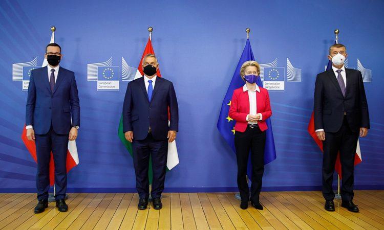 Wczesnym rankiem premier Mateusz Morawiecki wraz z Piotrem Müllerem, rzecznikiem rządu udali się do Brukseli, gdzie odbyły się konsultacje z przywódcami państw V4 oraz Przewodniczącą Komisji Europejskiej Ursulą von der Leyen.