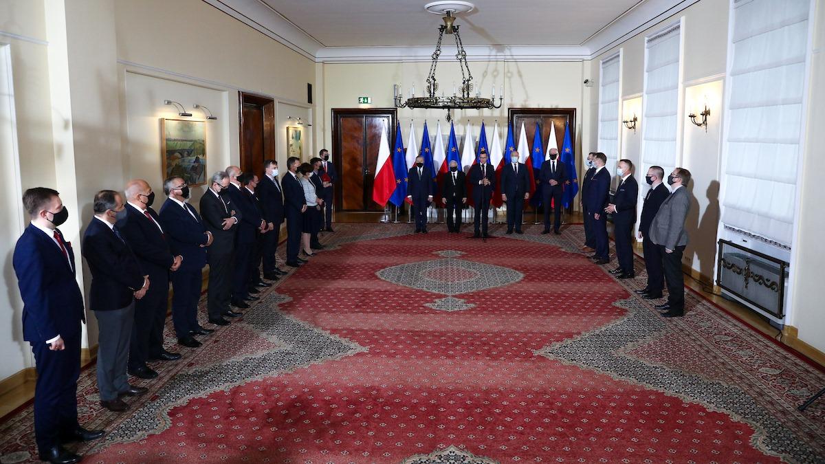 Premier Mateusz Morawiecki przedstawił nowy skład Rady Ministrów. Zmiany mają przede wszystkim charakter strukturalny. Ma to uprościć proces decyzyjny w administracji oraz uczynić rząd bardziej wydajnym i skutecznym. Dzięki temu, Polska będzie miała szansę na szybsze wyjście z kryzysu wywołanego pandemią koronawirusa.