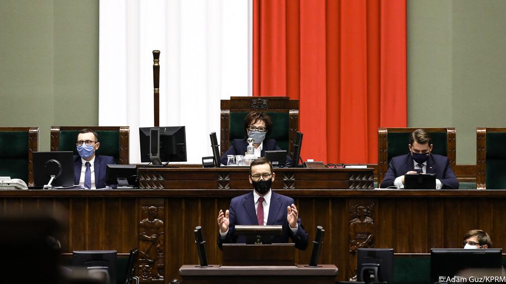 Mówimy głośne TAK dla UE i głośne NIE na różne karcące mechanizmy, które w nierówny sposób traktują Polskę i inne kraje UE. Nie rozbijamy UE - wręcz przeciwnie. To raczej arbitralny mechanizm rozsadza UE. Dlatego zrobimy wszystko, żeby przywrócić pewność prawa - fundamentalną zasadę w UE i w Polsce.– mówił premier Mateusz Morawiecki
