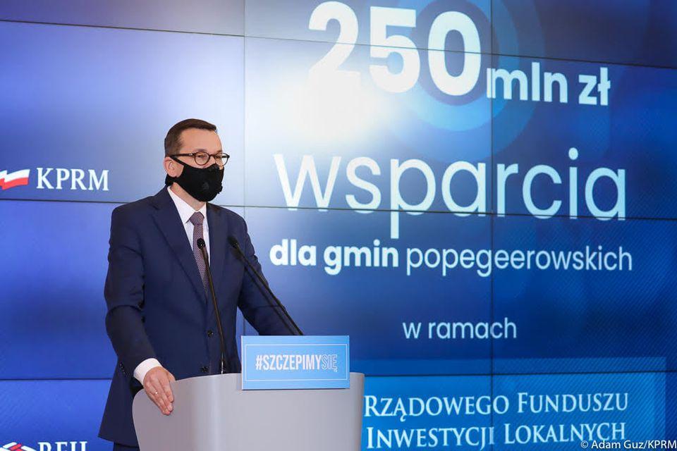 Rząd na czele z premierem Mateuszem Morawieckim przekaże 250 mln zł na ten cel. Fundusze pozwolą na realizację inwestycji tzw. pierwszej potrzeby, jak oczyszczalnie ścieków, drogi, place zabaw.