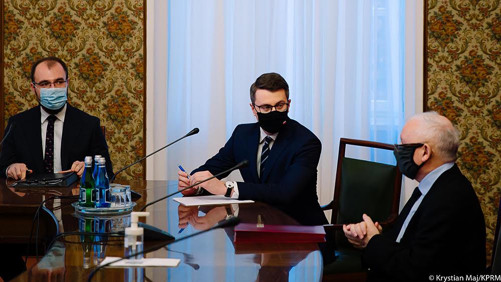 """Podczas Rady Ministrów przyjęliśmy kolejne rozwiązania w ramach rządowego programu """"Tarcza finansowa Polskiego Funduszu Rozwoju dla małych i średnich firm"""". To kolejne środki, które trafią do polskich firm w związku z trudną sytuacją epidemiczną."""