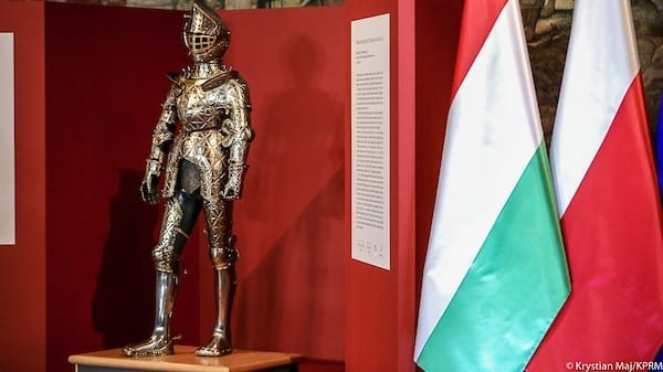 Dzięki przyjaźni polsko - węgierskiej, staraniom premiera Mateusz Morawiecki i uprzejmości rządu Orbán Viktor udało się otrzymać młodzieńczą zbroję Zygmunta II Augusta od Węgier.