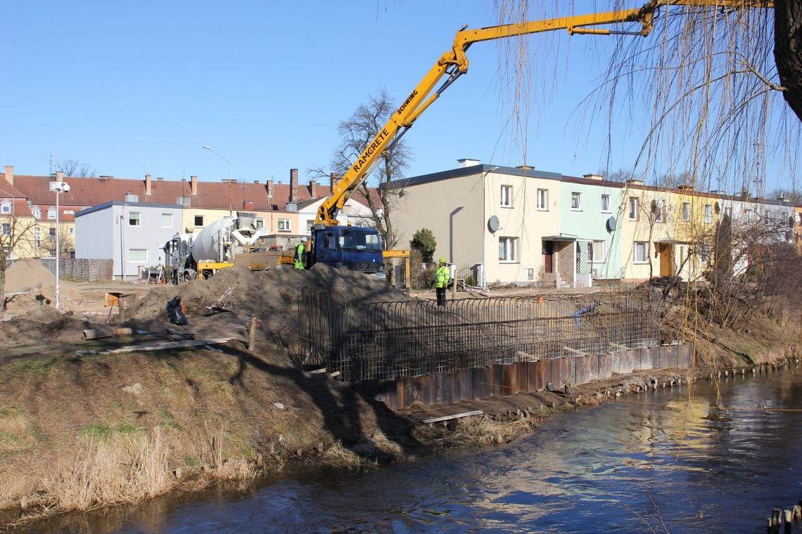 Trwa budowa mostu na rzece Łebie przy ulicach Czołgistów, Kazimierza Wielkiego i Głowackiego w Lęborku