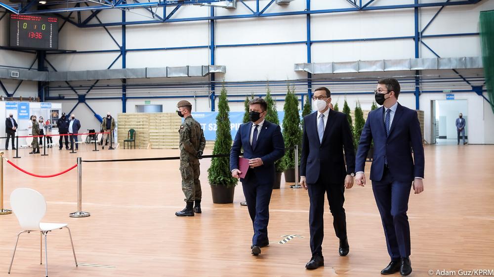 Premier Mateusz Morawiecki i szef KPRM Michał Dworczyk odwiedzili punkt szczepień przeciw COVID-19 w Skierniewicach