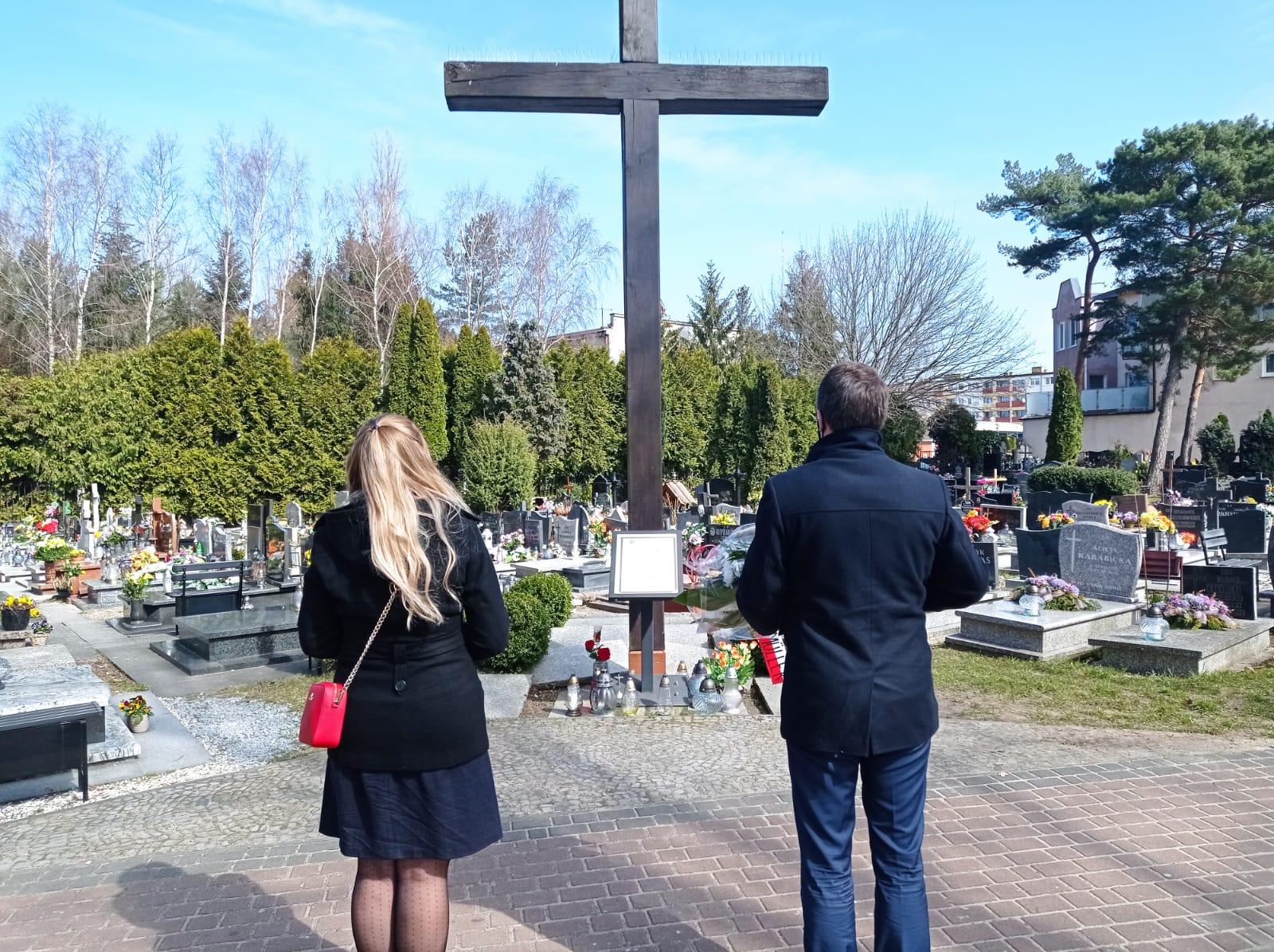 Razem z współpracownikami w sobotę poseł Piotr Müller oddał hołd ofiarom zbrodni katyńskiej.