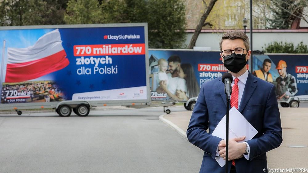 Nie zwracając uwagi na barwy partyjne, czy różnice w poglądach, jesteśmy zobowiązani głosować za Polską. Jako posłowie musimy dbać o interesy Polski.