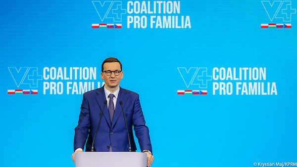 Przystępujemy do kolejnych inicjatyw w ramach V4 i w Polsce, aby jeszcze bardziej wzmocnić rodzinę w życiu społecznym. Wkrótce mamy Międzynarodowy Dzień Rodziny, niech on będzie symbolem, że dla nas rodzina jest fundamentem - powiedział premier Mateusz Morawiecki