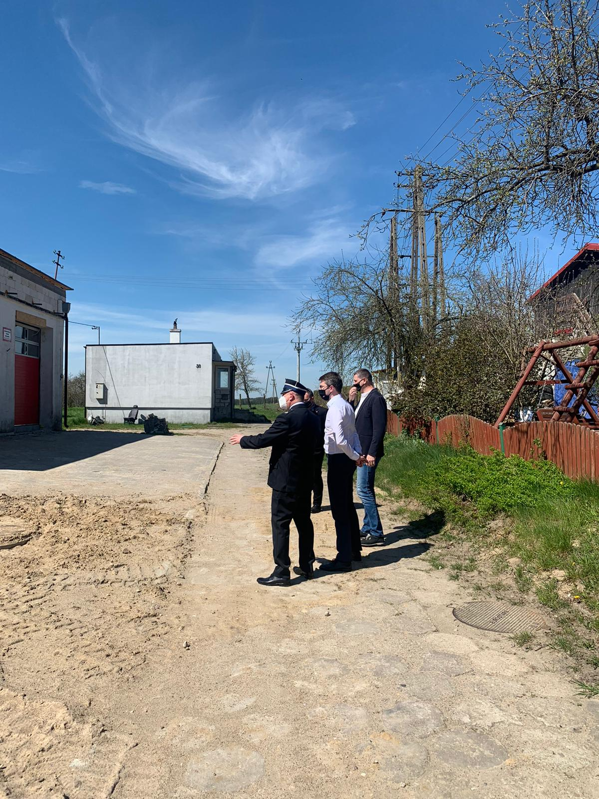 Spotkałem się tam m.in. z wójtem gminy, Sylwesterem Owśnickim - radnym Rady Powiatu Bytowskiego, strażakami OSP Brzeźno Szlacheckie oraz z mieszkańcami gminy.W gminie Lipnica realizowane są inwestycje z Rządowego Funduszu Inwestycji Lokalnych.