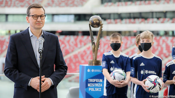 Premier Mateusz Morawiecki wziął udział w konferencji na PGE Narodowy. - Wszyscy wiemy, że piłka nożna to nie tylko sport - to radość, emocje i duma. Aby czas przygotowawczy sportowców mógł być przepracowany potrzebne są środki, infrastruktura i wsparcie - mówił szef rządu Mateusz Morawiecki.