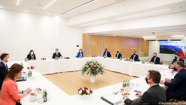 Trwa I dzień nadzwyczajnego posiedzenia Rady Europejskiej w Brukseli. Piotr Müller, rzecznik prasowy rządu i Poseł na Sejm RP, razem z Premierem Mateuszem Morawieckim wzięli udział w spotkaniu koordynacyjnym Szefów Rządów V4.