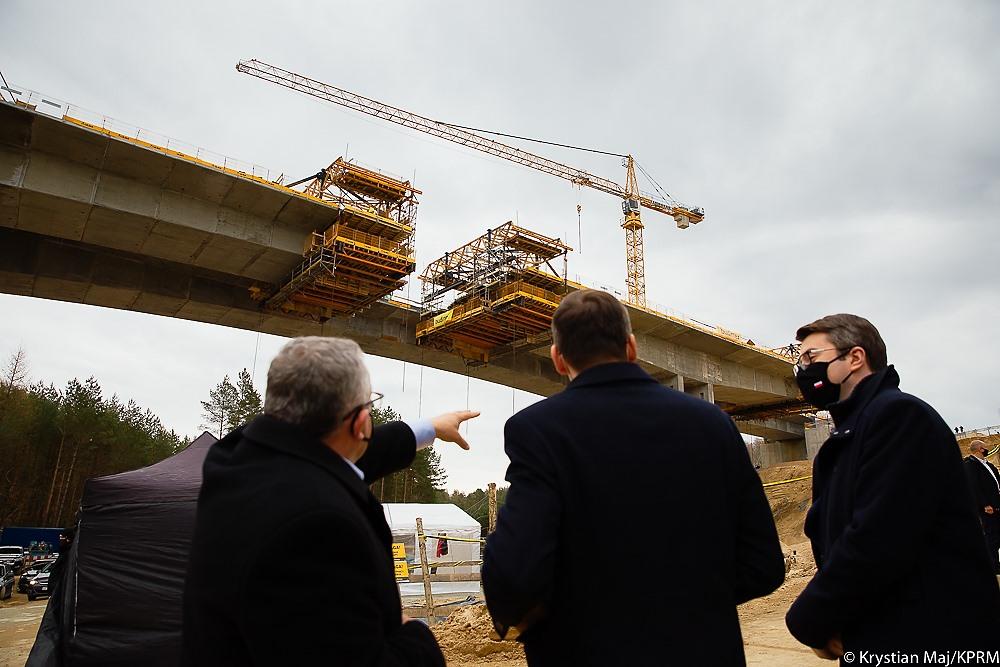 Stało się! Dzisiaj podpisano umowę na budowę II jezdni obwodnicy Słupska w ciągu trasy S6. Dziś została podpisana umowa z wykonawcą na budowę drugiej jezdni w ramach aktualnej obwodnicy Słupska. Inwestycja w budowę trasy S6 to wielki krok dla Pomorza i kolejna dobra informacja dla mieszkańców. Trasa wzdłuż Bałtyku to też większe możliwości dla gospodarki i turystyki. Rozwój infrastruktury drogowej regionu nabiera tempa.