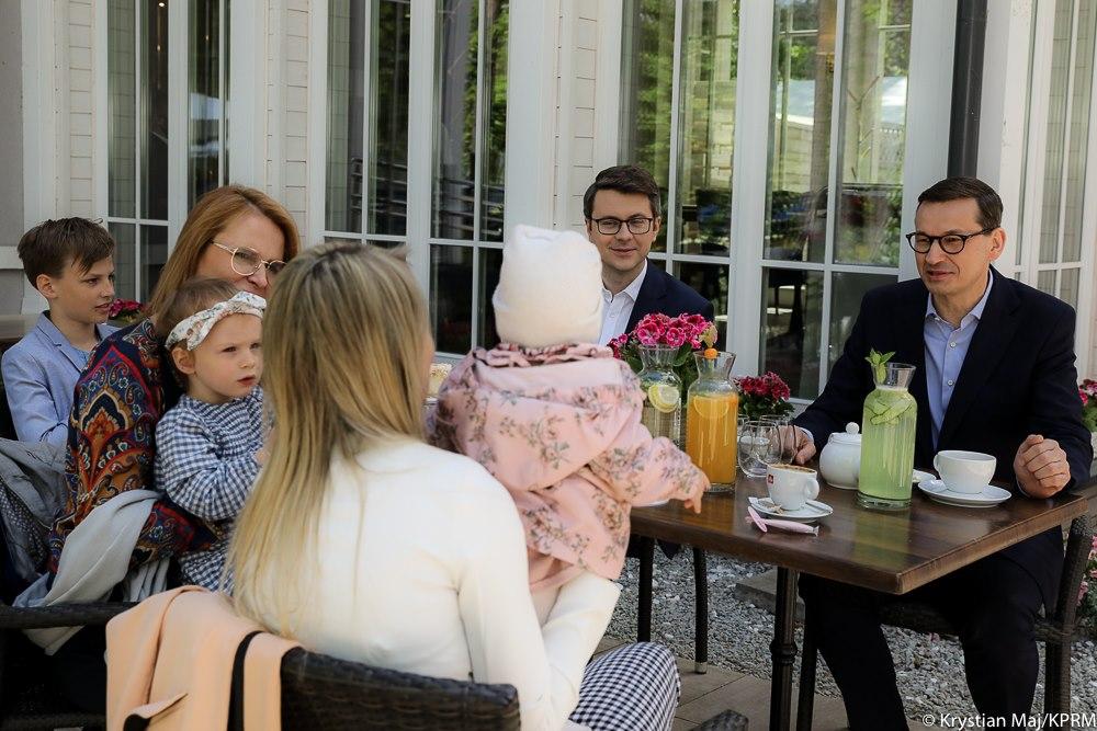 Wraz z Premierem Mateuszem Morawieckim i Minister Rodziny i Polityki Społecznej Marleną Maląg, Piotr Müller, rzecznik prasowy rządu, wziął udział w spotkaniu z mamami i ich pociechami.