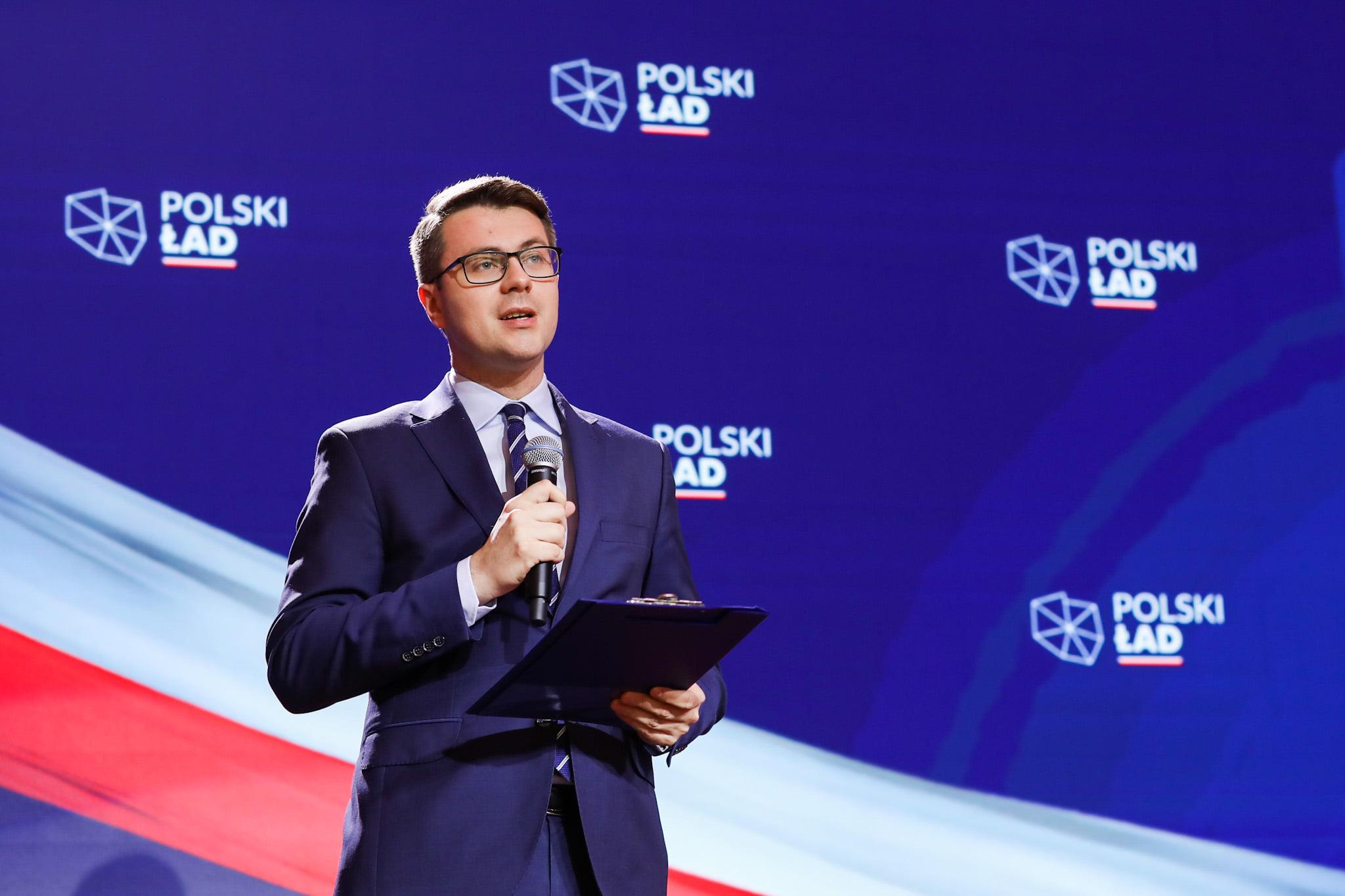 Kilkanaście dni temu rząd premiera Mateusza Morawieckiego przedstawił program Polski Ład, który ma pomóc wyjść z kryzysu po pandemii. Dzisiaj przedstawiono 10 projektów na kolejne 100 dni. Gotowych projektów konkretnych ustaw, które przełożą się na lepszą sytuację Polaków.