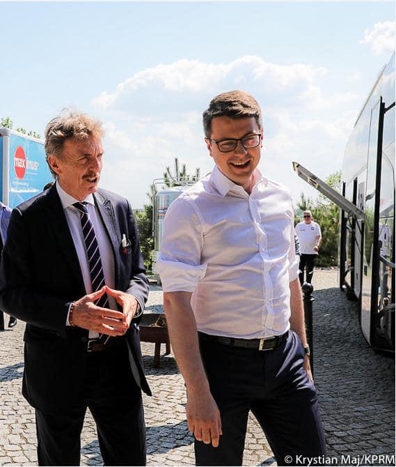 Razem z premierem Mateuszem Morawieckim Piotr Müller, rzecznik prasowy rządu i Poseł na Sejm RP, odwiedzili naszych piłkarzy podczas zgrupowania w Opalenicy.